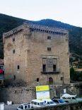 Papercraft imprimible y armable de la Torre del Infantado en Potes, España. Manualidades a Raudales.