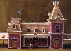Papercraft model de la Estación tren de Disneyland. Manualidades a Raudales.