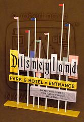 Papercraft imprimible y amable del Letrero Disneyland / Disneyland Marquee 2. Manualidades a Raudales.